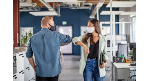 Le port du masque est encore recommandé dans tous les espaces clos lorsque la distance de 1,5 mètre ne peut pas être respectée entre travailleurs