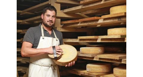 Mathias Bieri, artisan fromager à Avully, a reçu le Prix de l'artisanat genevois 2021. Il produit du Pâte dure de Genève. Son cheptel est composé de 75 vaches élevées pour leur lait et leur viande. «Le travail à la ferme, c'est une évidence. Je n'ai jamais rien voulu faire d'autre», assure l'agriculteur, qui accueille volontiers dans sa ferme quiconque serait passionné par le métier.