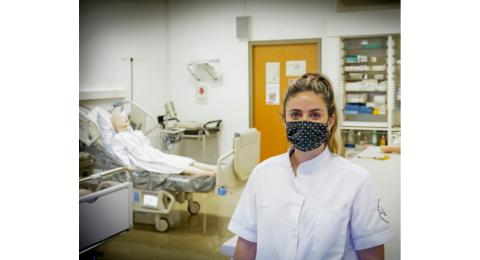 Camille Boscardin, assistante à la filière en soins infirmiers, dans une salle de pratique située au sein de la Haute École de santé (HEdS) de Genève.